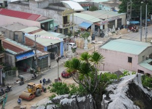 Carving shops at the foot of the mountains